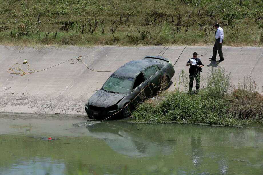 A submerged vehicle is pulled from Sims Bayou in the 4800 block of Scenic Drive on Thursday. Photo: Jon Shapley, Houston Chronicle / © 2015 Houston Chronicle