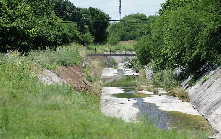 The area along Menger Creek looking west from Gabriel St. at N. Rio Grande towards N. Walters, on Thursday, July 16, 2015, where the Menger Creek Linear Park will be built. Photo: Bob Owen, Staff / San Antonio Express-News / San Antonio Express-News