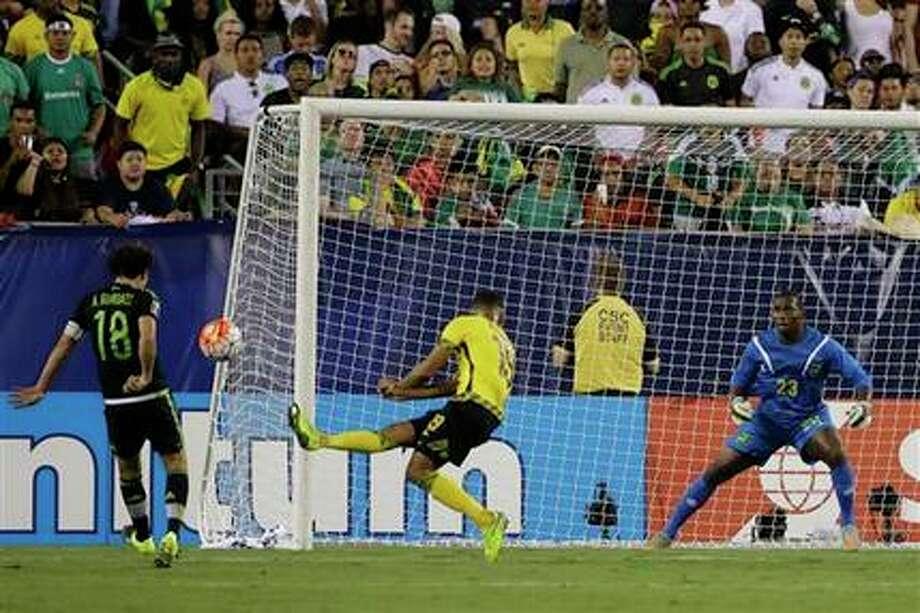 Andrés Guardado (18) saca el zurdazo que dio a México ventaja de 1-0 sobre Jamaica en el primer tiempo de la final de la Copa de Oro el 26 de julio del 2015 en Filadelfia. El balón se clavó en el ángulo alto del primer palo.(AP Photo/Matt Rourke) Photo: Matt Rourke, AP
