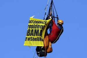 Activists rappel off bridge to stop Shell icebreaker - Photo