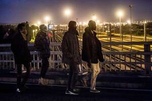 Calais migrants: 2nd night of mass attempts to reach England - Photo