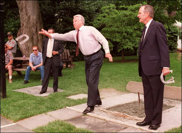 Picutre taken June 16, 1992 shows Russian President Boris Yeltsin (L), in Washington DC, throwing a horseshoe while playing the game outside the White House Oval Office with US President George Bush. Photo: J. DAVID AKE, AFP/Getty Images / AFP