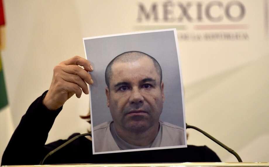 La procuradora general de México, Arely Gómez, muestra una foto de Joaquín 'El Chapo' Guzmán, que le cubre la cara. Photo: YURI CORTEZ, AFP / Getty Images
