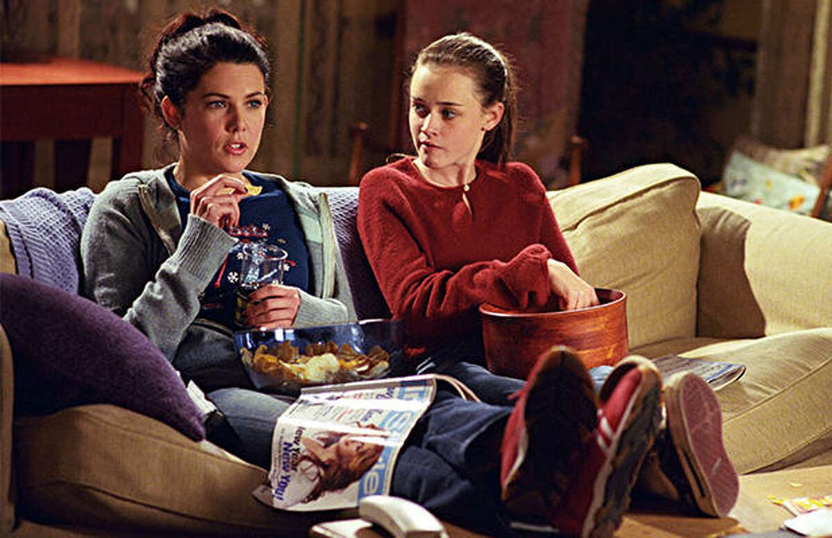 Lauren Graham as Lorelai (left) and Alexis Bledel as Rory (right) played a mother and daughter with only a 16 year age difference.