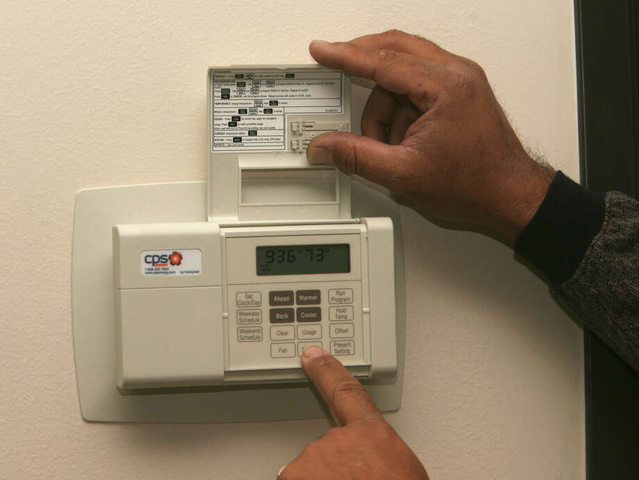 Programmable thermostat for story about CPS Energy program rebate Monday February 19, 2007. (Robert McLeroy/San Antonio Express-News)  NOTE : THESE ARE NOT IN ANY PARTICULAR ORDER. TECHNICIAN WAS MERELY SHOWING DIFFERENT VIEWS OF THERMOSTAT WHICH WAS ALREADY INSTALLED ON WALL Photo: Robert McLeroy, Staff / San Antonio Express-News / San Antonio Express-News