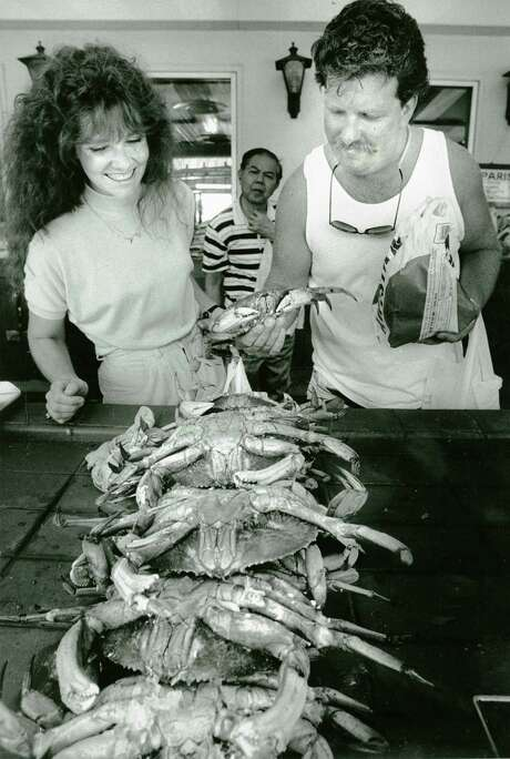 Tourists Renee Templeton and Rusty Warren look at crabs at Fisherman's Wharf. July 5, 1990. Photo: Vince Maggiora / The Chronicle / ONLINE_YES