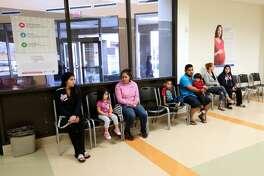 Pacientes esperan en el recibidor de la clínica comunitaria El Centro de Corazón, donde más de 80 por ciento de los atendidos son hispanos.