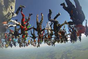 Head-down skydivers smash world record in Illinois - Photo
