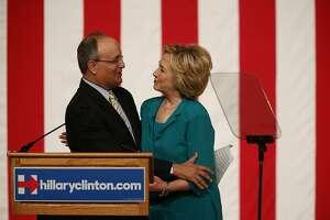 Clinton calls for end to trade embargo of Cuba - Photo