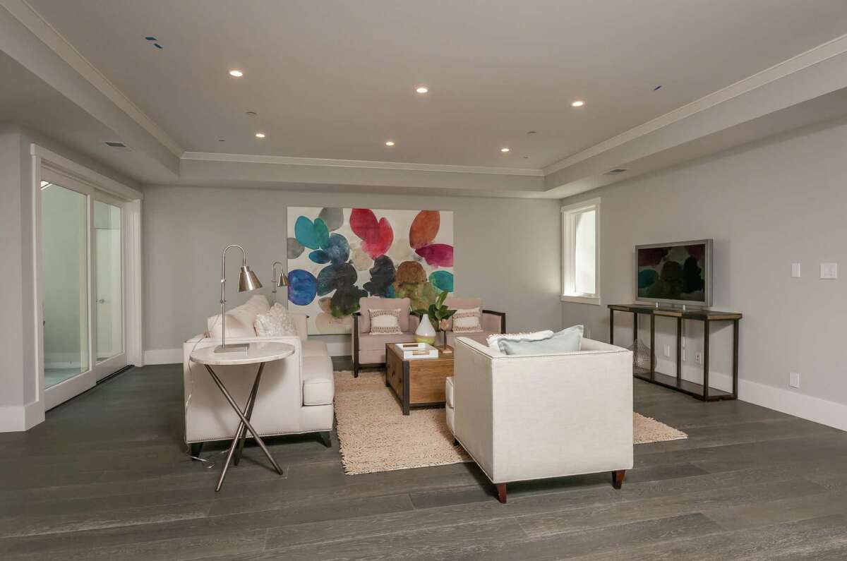 The Menlo Park basement spans 1,894 square feet.