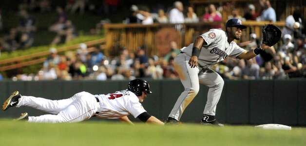 ValleyCats' Pat Porter, left, dives back to first as Scrappers' Juan De La Cruz reaches for the ball during their baseball game on Friday, July 31, 2015, at Joe Bruno Stadium in Troy, N.Y. (Cindy Schultz / Times Union) Photo: Cindy Schultz / 00032767A