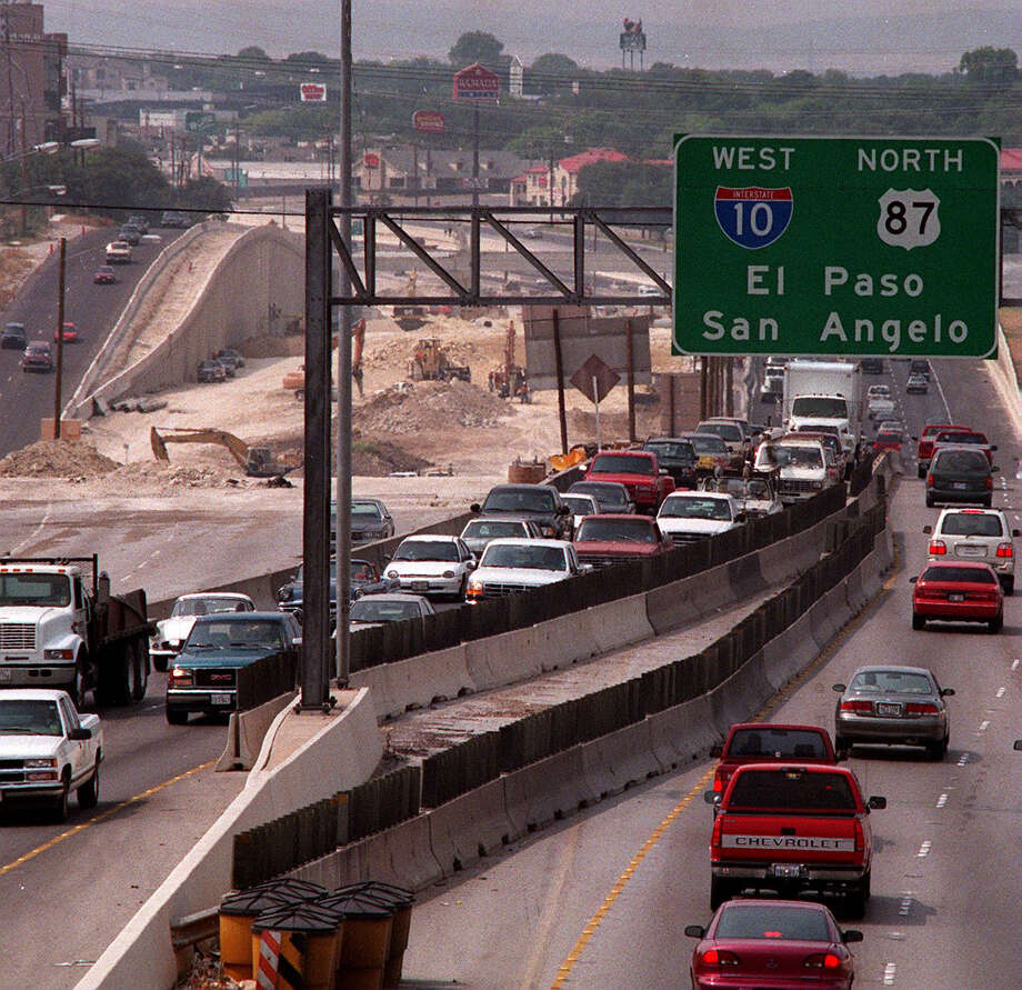 San Antonio's ozone problem has numerous sources, but a sure way to reduce levels is less driving in the city during the ozone season. Photo: Leland A. Outz /SAN ANTONIO EXPRESS-NEWS / SAN ANTONIO EXPRESS-NEWS