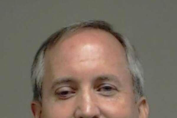 El fiscal general de Texas, Ken Paxton, fue acusado de tres delitos de fraude derivados de un presunto plan de inversiones en la empresa de tecnología Servergy, con sede en McKinney,, Texas, así como por no inscribirse como representante asesor de inversiones en el estado.
