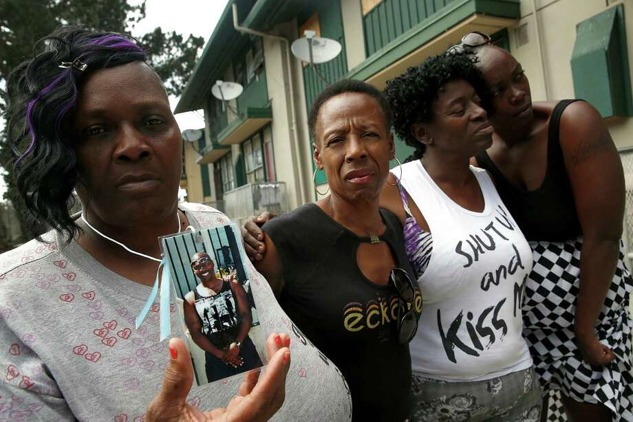 Effie Haynes holds a picture of her brother, Alvin Haynes, accompanied by sisters Rochelle Larry and Yvonne Fletcher and niece Tasha Dillard in San Francisco. Photo: Liz Hafalia / Photos By Liz Hafalia / The Chronicle / ONLINE_YES