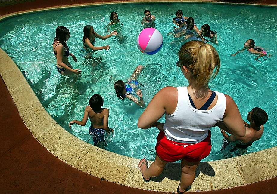 A Dear Abby reader reminds caregivers to keep an eye on their kids when at the local pool. Photo: Luis Sinco