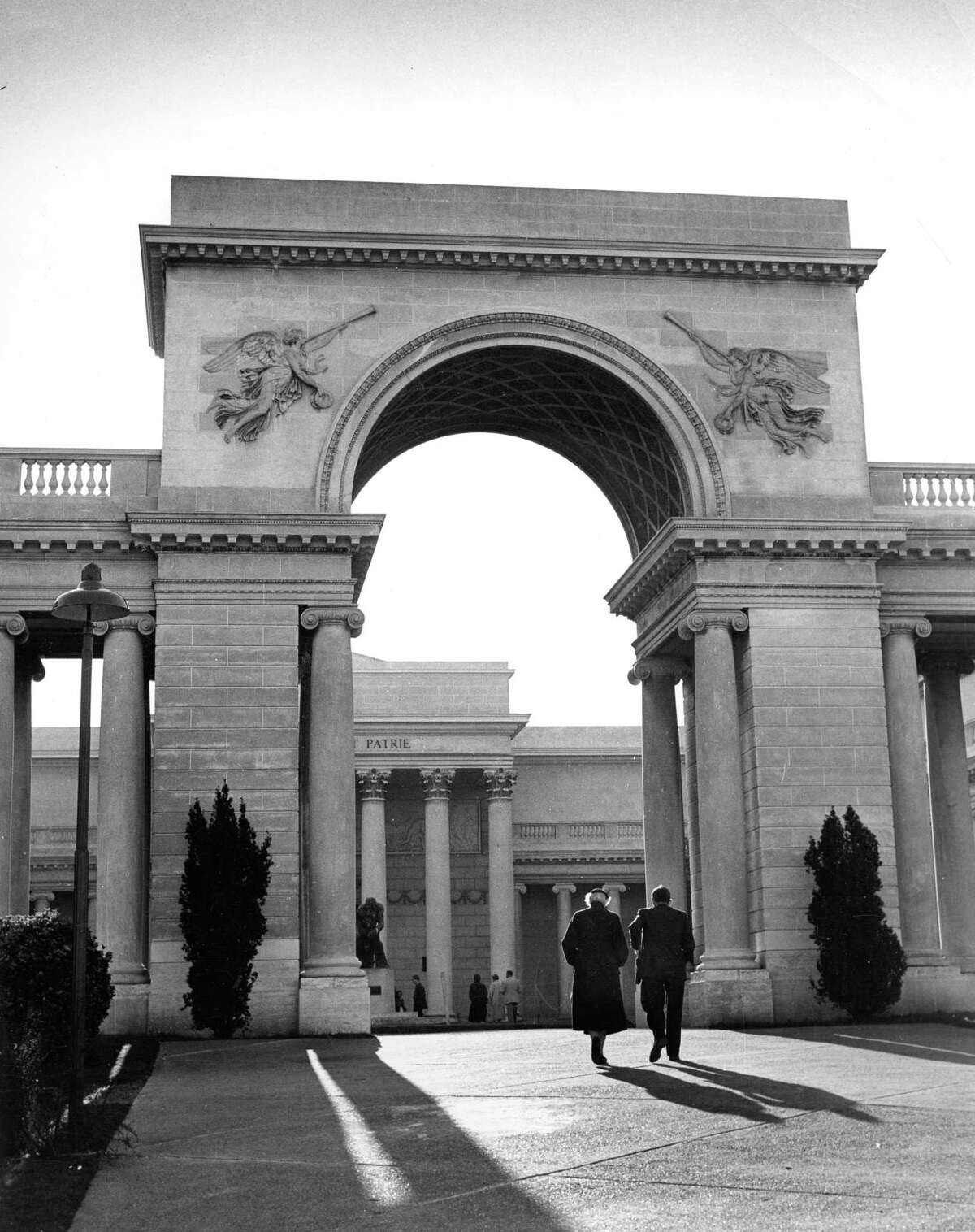 The entrance to the Palace of the Legion of Honor museum.