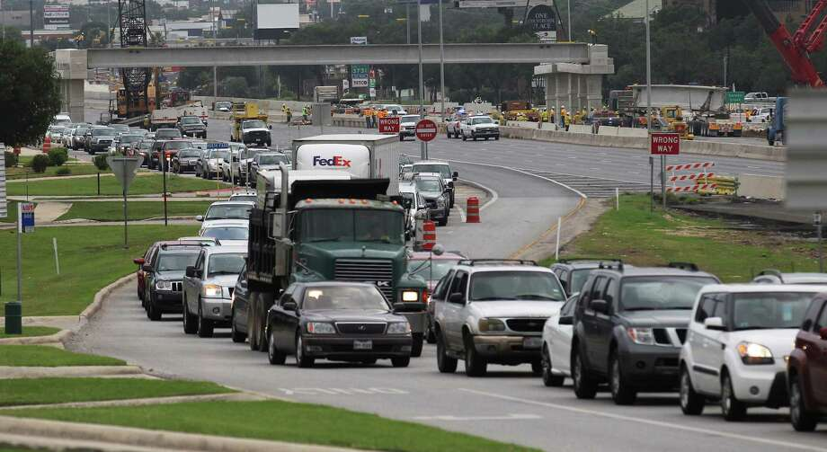 The northbound main lanes of U.S. 281 between Nakoma Drive and Bitters Road will be closed from 5 a.m. to 7 p.m. Saturday while crews work on the median barrier. Photo: Kin Man Hui, San Antonio Express-News / ©2014 San Antonio Express-News