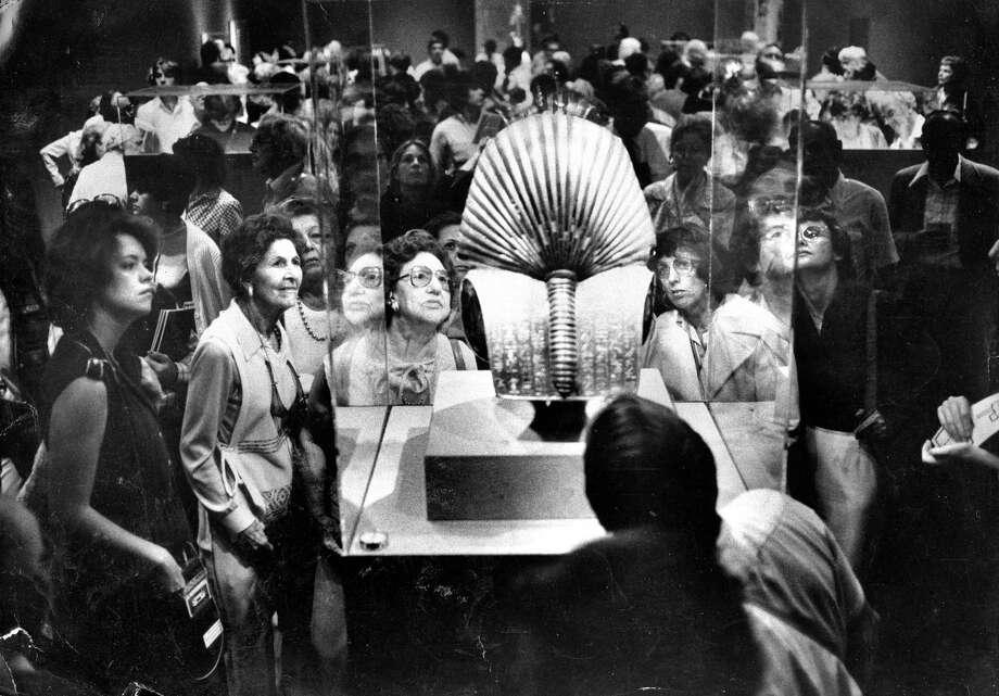 The King Tut exhibit at the De Young museum King Tutankhamun, King Tutankhamen,  Tut patrons admires a mask   Photo ran 09/22/1979, p. 4 Photo: Gary Fong / The Chronicle / ONLINE_YES