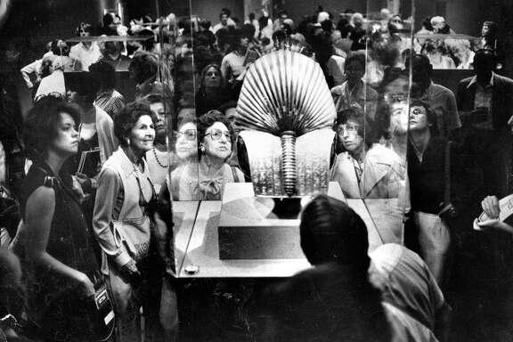 The King Tut exhibit at the De Young museum King Tutankhamun, King Tutankhamen,  Tut patrons admires a mask   Photo ran 09/22/1979, p. 4