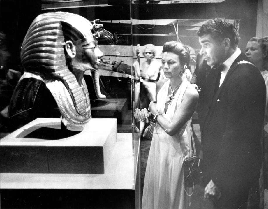 The King Tut exhibit at the De Young museum King Tutankhamun, King Tutankhamen,  Tut patron admires a mask  Marilyn Stuart Photo ran 06/1/1979, p. 25 Photo: Gary Fong / The Chronicle / ONLINE_YES
