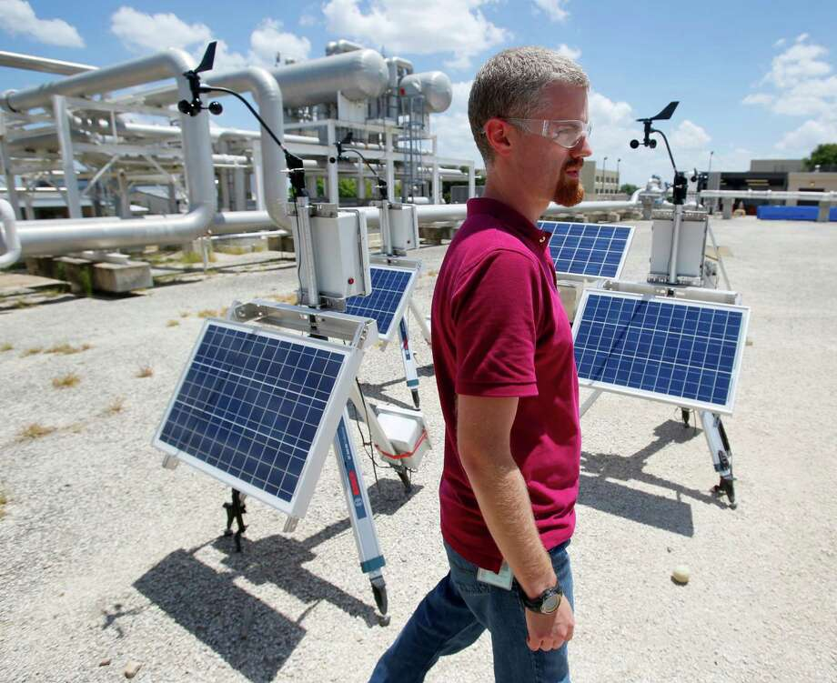 Shane Siebenaler, fluid dynamics manager at Southwest Research Institute, checks themethane detection equipment. Photo: William Luther /San Antonio Express-News / © 2015 San Antonio Express-News