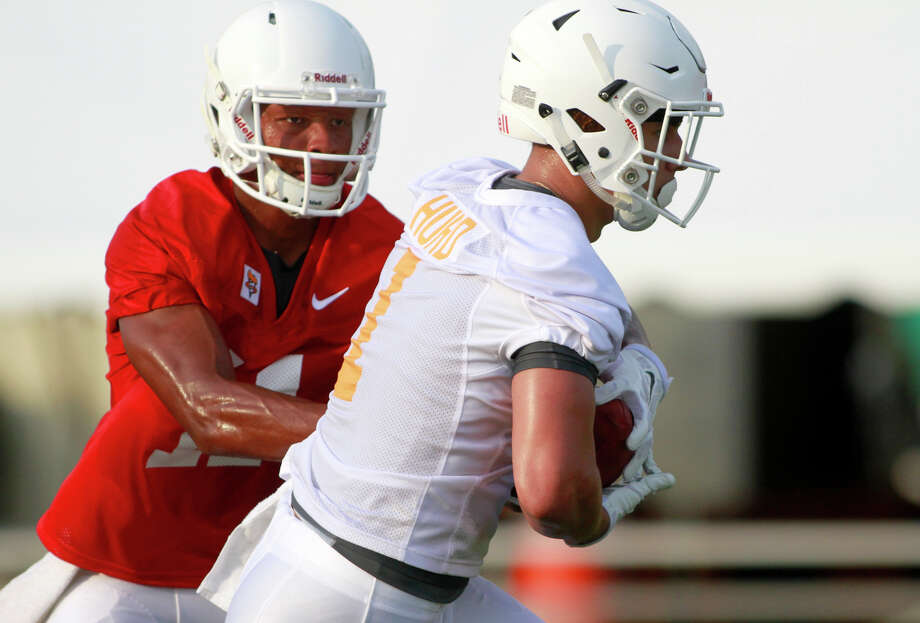 Tennessee quarterback Joshua Dobbs hands the ball to Jalen Hurd during the team's first NCAA college football practice of the season Tuesday, Aug. 4, 2015, in Knoxville, Tenn. (Daryl Sullivan/The Daily Times, via AP) MANDATORY CREDIT Photo: Daryl W Sullivan, MBR / Associated Press / THE DAILY TIMES