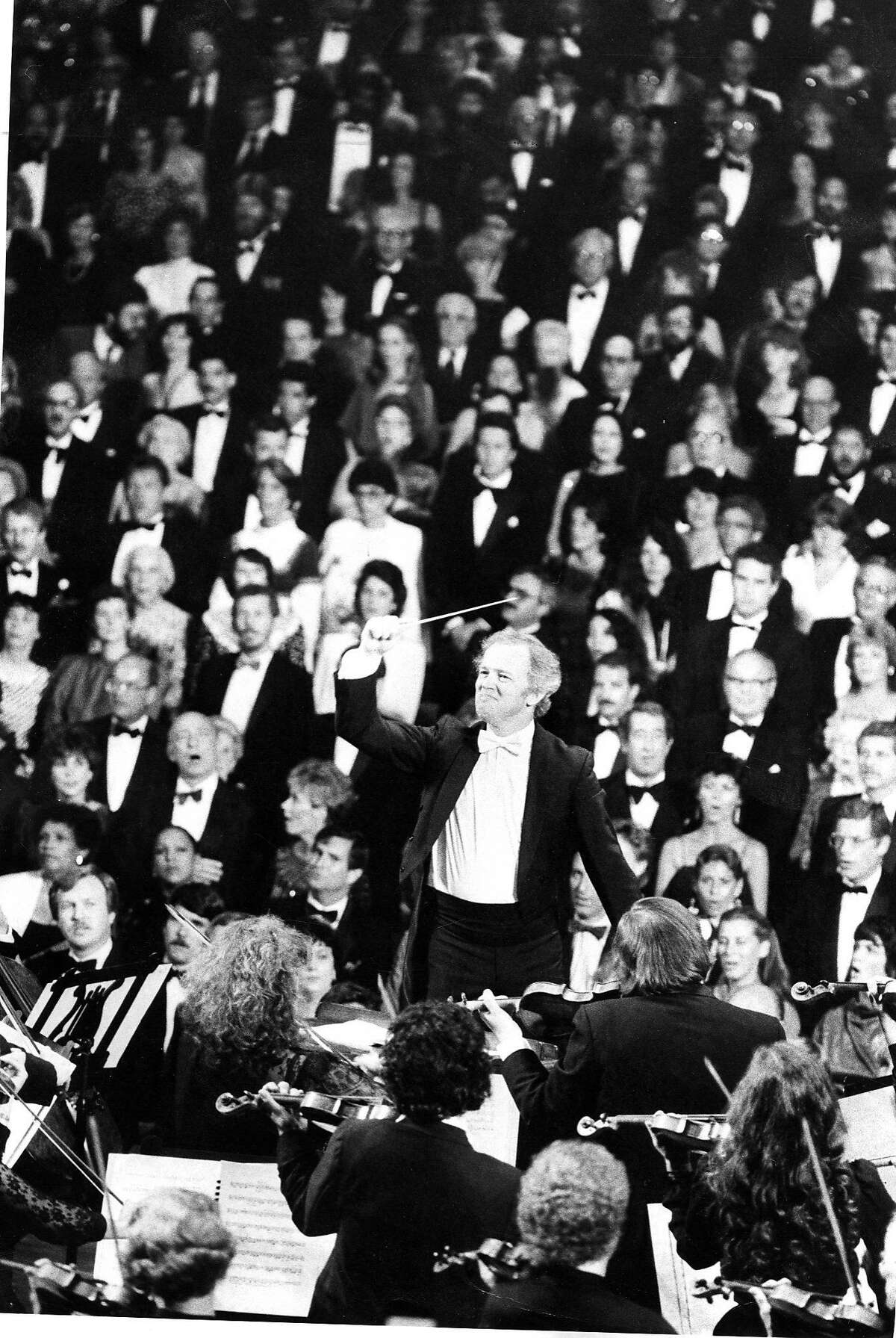 San Francisco Symphony conducted by Edo De Waart conducts National Anthem during opening 09/07/1983.