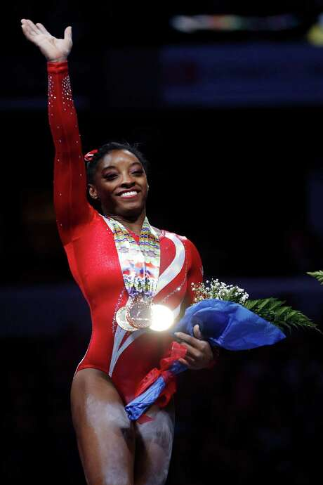 After repeating as national all-around champion, Simone Biles acknowledges the crowd with a big smile and a wave. Photo: AJ Mast, FRE / FR123854 AP