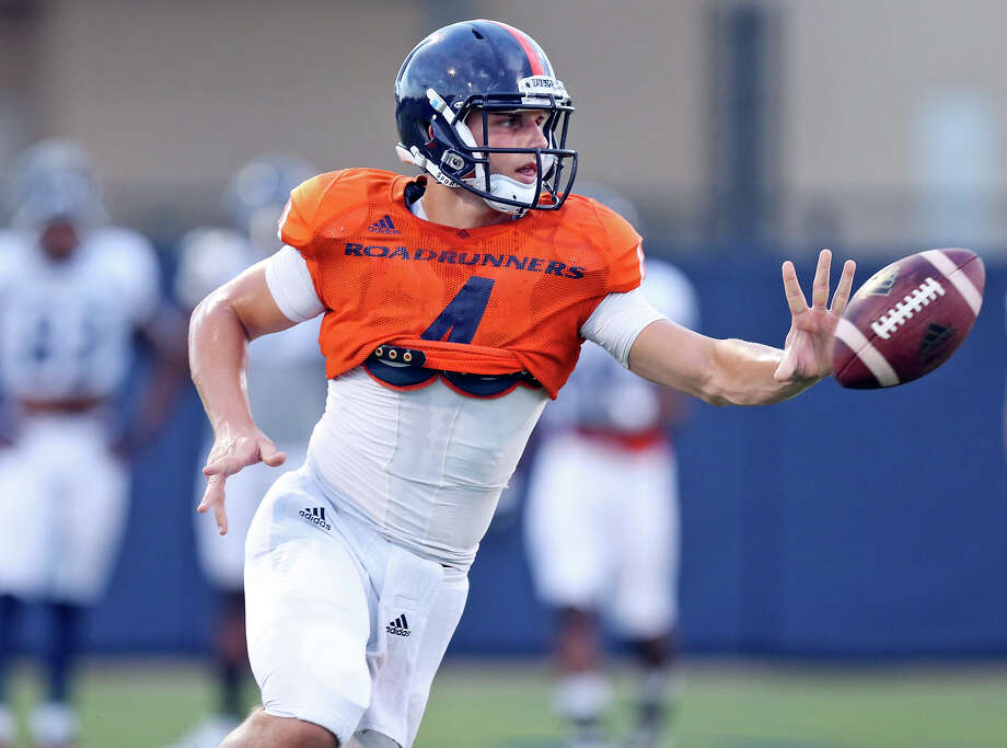 UTSA quarterback Blake Bogenschutz pitches the ball during practice held Friday Aug. 14, 2015 on campus. Photo: Edward A. Ornelas /San Antonio Express-News / © 2015 San Antonio Express-News