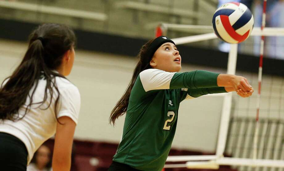 Reagan's Tori Hinojosa sets up a play against O'Connor in a non-district volleyball game at Littleton Gym on Tuesday, Aug. 18, 2015. Photo: Kin Man Hui /San Antonio Express-News / ©2015 San Antonio Express-News