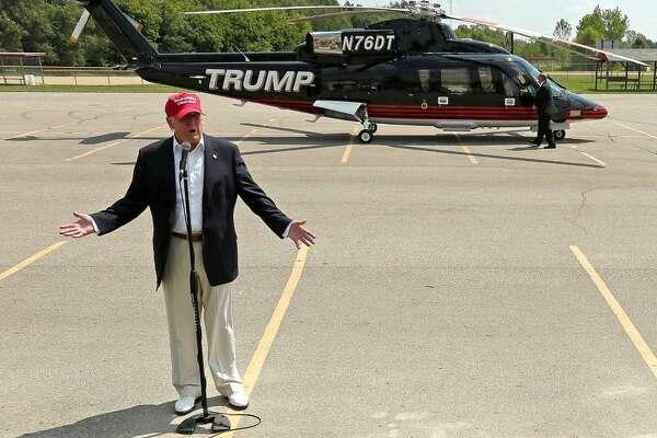 El precandidato presidencial republicano Donald Trump habla con medios de prensa tras llegar en su propio helicóptero a la feria del estado de Iowa el 15 de agosto de 2015.