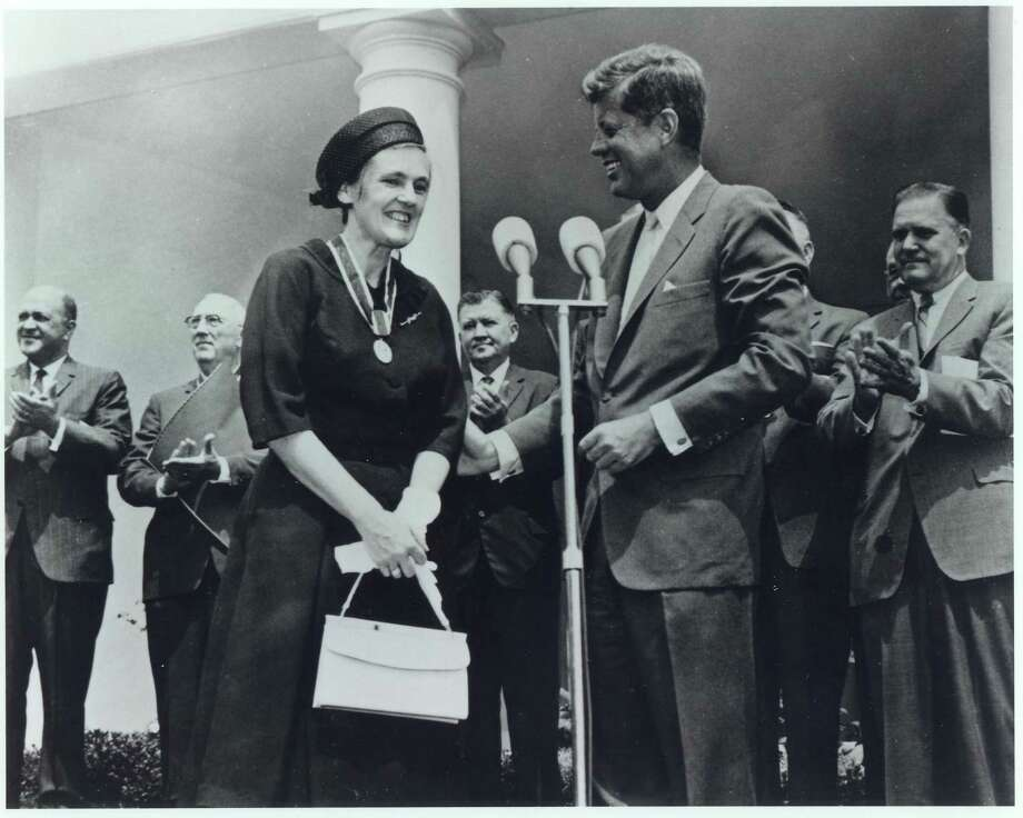 In a photo provided by the White House, President John F. Kennedy presents a civil service award to Dr. Frances Oldham Kelsey, the regulator who exposed the danger of thalidomide, on Aug. 7, 1962. Kelsey, whose persistence made her a 20th-century heroine and gave rise to modern laws regulating pharmaceuticals, died on Aug. 7, 2015. She was 101. (The White House via The New York Times) ORG XMIT: XNYT83 Photo: THE WHITE HOUSE / THE WHITE HOUSE
