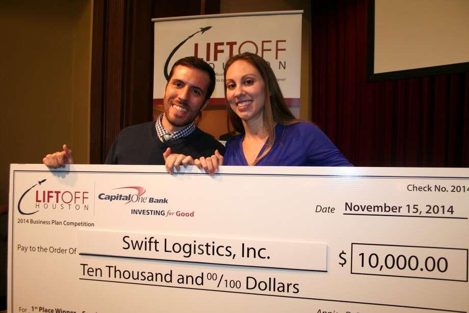Carlos Hernández y Jasmin Augustin sosteniendo un cheque de Capital One simbólico, con la suma real de 10,000 dólares que ganaron en Liftoff Houston 2014.