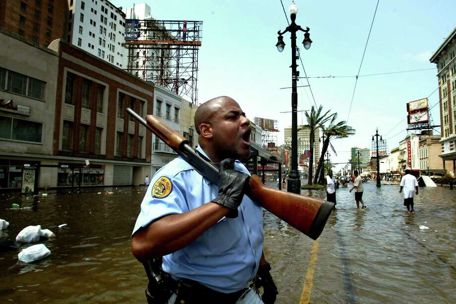 New Orleans police officer Mark Wilson yells at looters as his colleagues flush out looters on Canal Street. Photo: KHAMPHA BOUAPHANH, KRT / FORT WORTH STAR-TELEGRAM