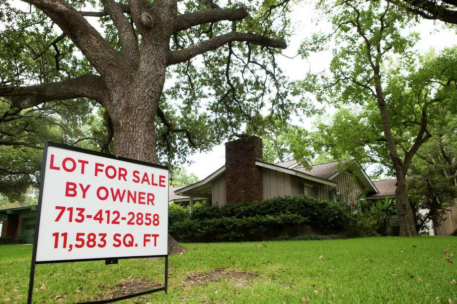 "Home with a ""for sale"" sign in the Meyerland neighborhood. Thursday, Aug. 13, 2015, in Houston. ( Marie D. De Jesus / Houston Chronicle ) Photo: Marie D. De Jesus, Staff / © 2015 Houston Chronicle"
