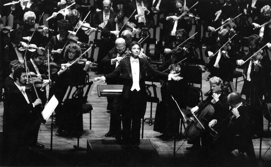 Then-guest conductor, and 10 years later music director, Michael Tilson Thomas leads the Symphony in the national anthem on opening night in 1985. Photo: John O'Hara / John O'Hara / The Chronicle 1985 / ONLINE_YES