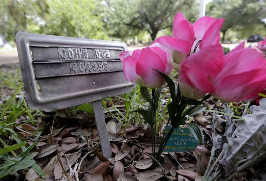 """El nombre en la tumba dice simplemente """"John Doe"""", un Juan cualquiera a falta de la posibilidad de identificar los restos del inmigrante que yace en ella, en el cementerio de Falfurrias, al sur de Texas,  donde han sido encontrados  cientos de restos de personas enterradas a los que no se les han hecho pruebas de ADN para ser incluidas en bancos de desaparecidos. Photo: Eric Gay, Associated Press"""
