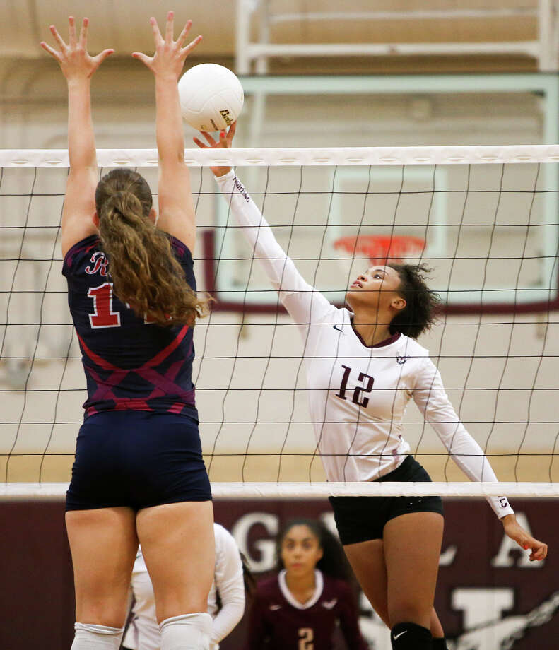 Highlands' Jazmine Jackson (right) tries to get a shot past Roosevelt's Jelsi Menn during their match at Highlands on Wednesday, August 19, 2015. The Lady Owls beat Roosevelt in three sets, all 25-22.  MARVIN PFEIFFER/ mpfeiffer@express-news.net Photo: Marvin Pfeiffer, Staff / San Antonio Express-News / Express-News 2015