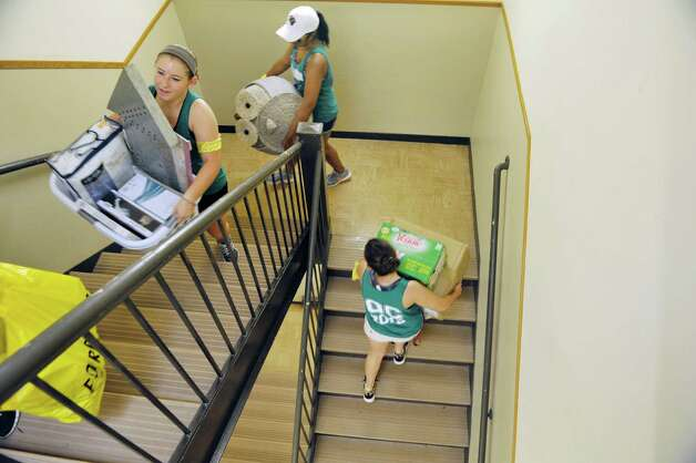 Members of the Albany College of Pharmacy and Health Sciences orientation committee carry a students belongings to their room as first year students moved into their residence halls on Wednesday, Aug. 26, 2015 in Albany, N.Y.  All other students will move in on Thursday.  (Paul Buckowski / Times Union) Photo: PAUL BUCKOWSKI / 00033111A