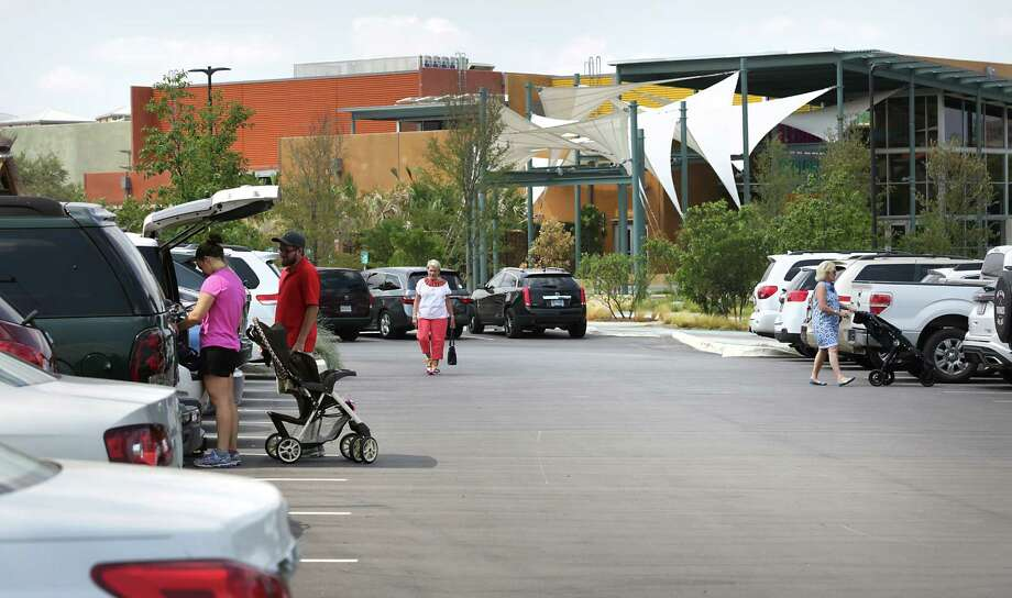 DoSeum goers arrive as others walk back to their cars after visiting the popular hot spot. DoSeum's plans to expand parking created a clash with neighboring residents. Photo: Bob Owen /San Antonio Express-News / San Antonio Express-News