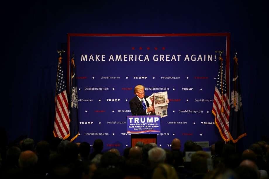 El aspirante a la nominación presidencial republicana Donald Trump habló en un evento de la Upstate Chamber Coalition en el Centro de Convenciones T.D., en Greenville, Carolina del Sur, el 27 de agosto de 2015, y durante su discurso mostró una copia del diario The New York Times y leyó durante alrededor de ocho minutos segmentos de un artículo publicado en primera en el que lo elogian y se burlan de él. Photo: TRAVIS DOVE, New York Times