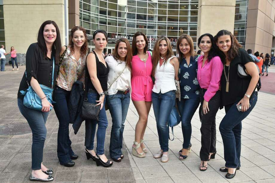 Fans en la gira En Todo Estare de Chayanne en el Toyota Center el 27 de agosto. Foto: Jamaal Ellis, para The Chronicle / © 2015 Houston Chronicle