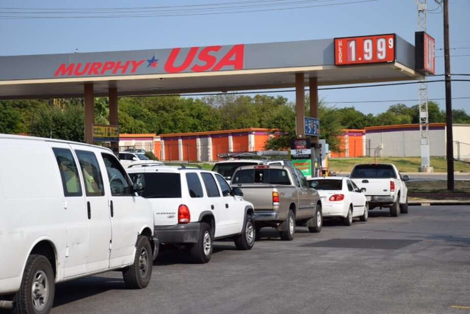 Motorists wait in line to get a share of gas for $1.99 at H-E-B at 1430 Austin Highway on August 28, 2015. Photo: Mark D. Wilson/San Antonio Express-News