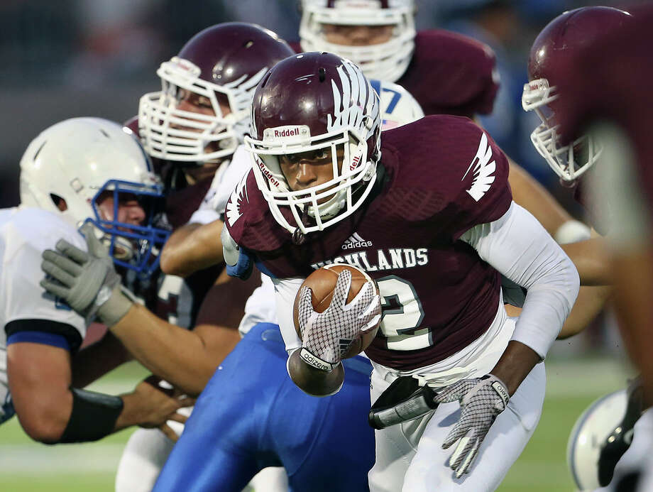 Quindon Boston of the Highlands Owls eyes an opening through the line in a game against Lanier in 2014. The Owls have a new coach, Juan Morales, this year. Photo: Tom Reel / San Antonio Express-News / San Antonio Express-News