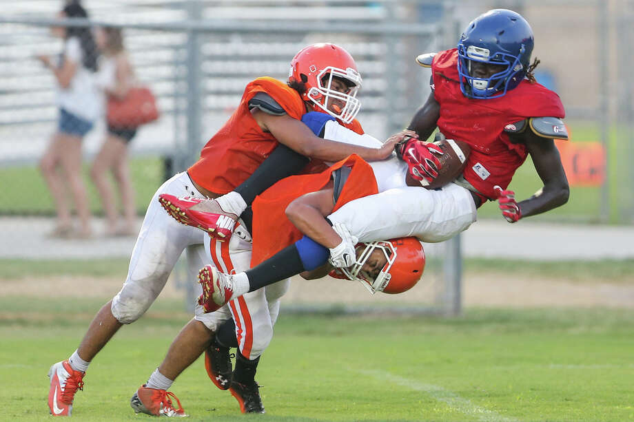 Memorial's Greg Rosemond (from right) catches the ball over Burbank's Jonathan Padilla and Robert Martinez during their recent scrimmage   . Photo: Marvin Pfeiffer / E-N Communities / Express-News 2015