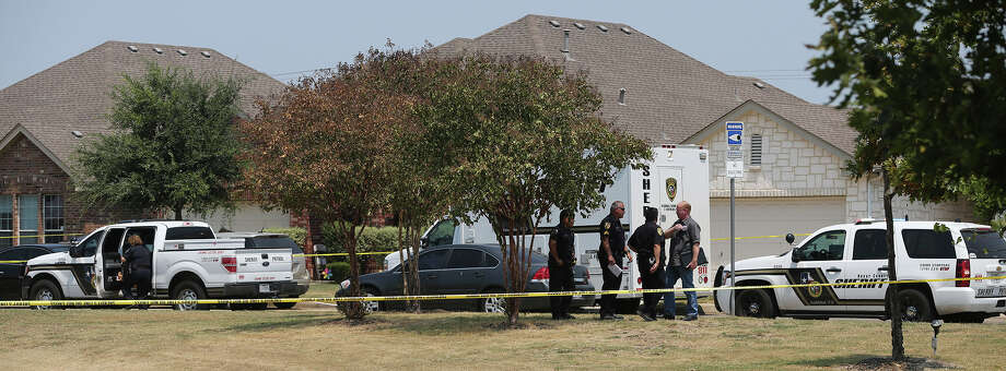 Upon arrival, deputies reported finding an injured woman standing outside of a home and a man armed with a knife. Photo: John Davenport /San Antonio Express-News / ©San Antonio Express-News/John Davenport