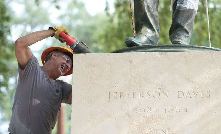 The University of Texas at Austin on Sunday morning removed a statue of Jefferson Davis from its main mall, over the objections and amid ongoing legal action by Confederate groups. Photo: Texas Tribune, @bobphoto