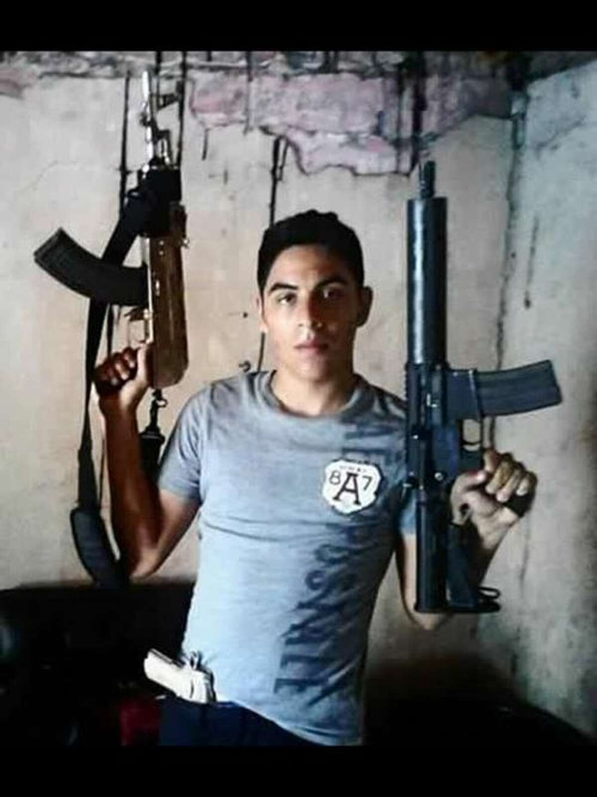 El Blog Del Narco published a collection of behind-the-scenes photos in 2015 of purported Gulf Cartel members showing their faces and guns.