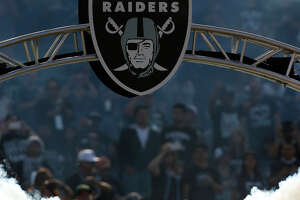 Khalil Mack becomes defender-savant for Raiders - Photo