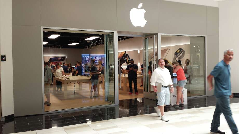 The temporary Apple Store at Crossgates Mall in Guilderland. (Eric Anderson / Times Union) Photo: Eric Anderson